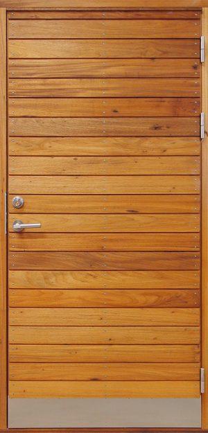 snygg ytterdörr med liggande panel